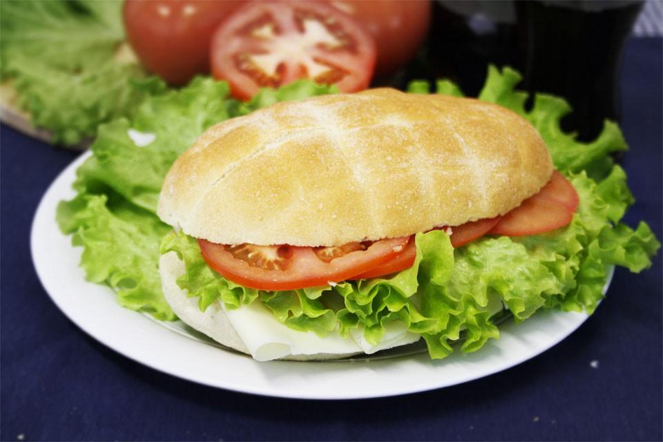 PANINO con pomodoro, insalata e formaggio