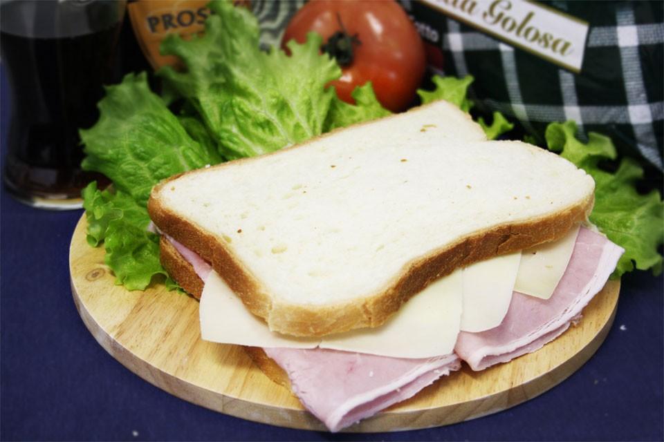 TOAST con prosciutto cotto e formaggio